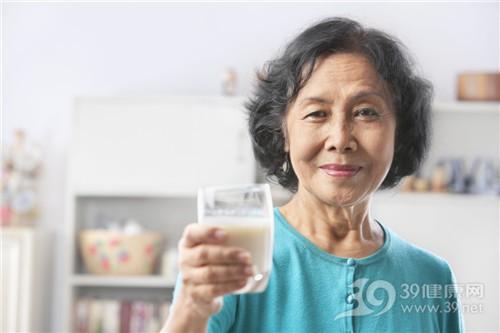 """老人养生喝好""""三杯水"""""""