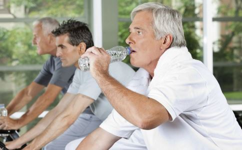 """老人养生试试喝好""""三杯水"""""""
