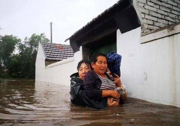 蓝村街道:王演庄北村书记冒雨水中救援老人