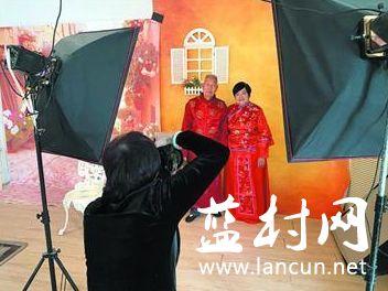金婚老人圆梦婚纱照 蓝村街道举行重阳节公益活动
