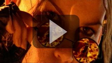 """1999年《古墓丽影4》真人模特广告:""""劳拉·瓦勒(Lara Weller)"""""""