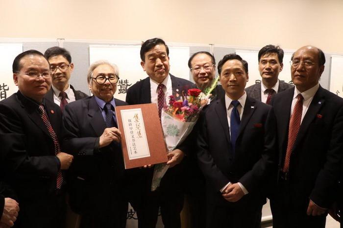 中国书画名家魏峰和中国书法家协会主席苏士澍及其他领导