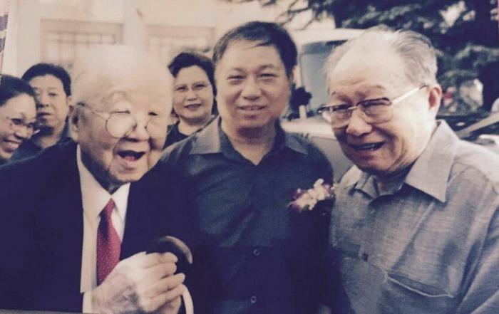 爱新觉罗·焘健(中)和父亲启源(右).伯父启功(左)